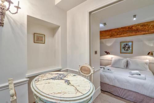 A bed or beds in a room at Pick A Flat's apartments in Saint Germain - Paul-Louis Courier