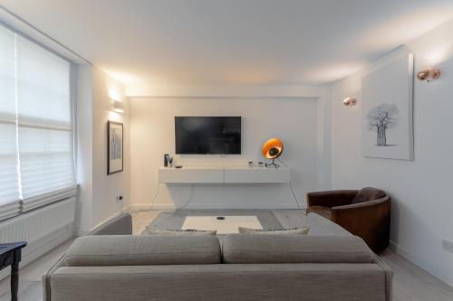 A television and/or entertainment center at Modern 1 Bedroom Apartment in Notting Hill