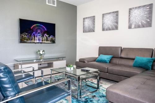 A seating area at Luxurious 2 Bedroom Apartment Close to Disney 303
