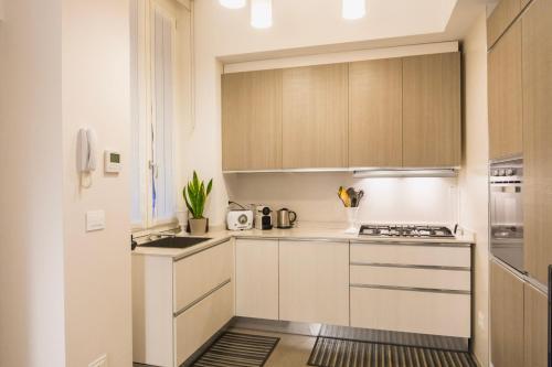 A kitchen or kitchenette at Bilocale di pregio a 400m da metropolitana
