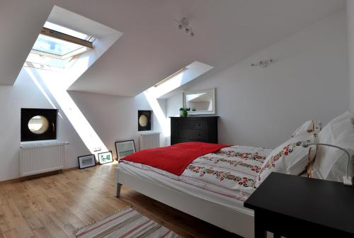 A bed or beds in a room at HappyGuests Apartments
