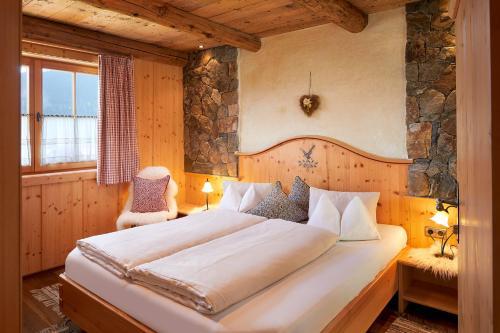 Un pat sau paturi într-o cameră la Almdorf Flachau