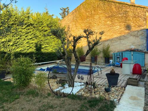 The swimming pool at or near le luberon des artistes
