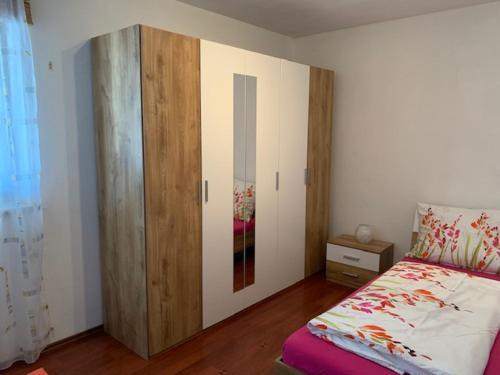 Ein Bett oder Betten in einem Zimmer der Unterkunft 2 Zimmer Wohnung im grünen Herzen von Salzburg