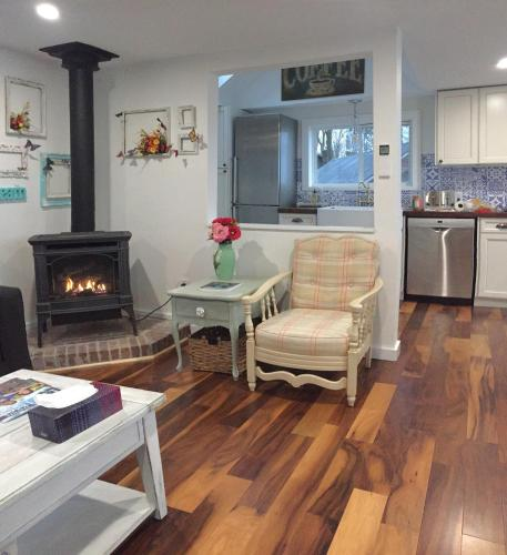 A seating area at Scenic Waterfront Cottage