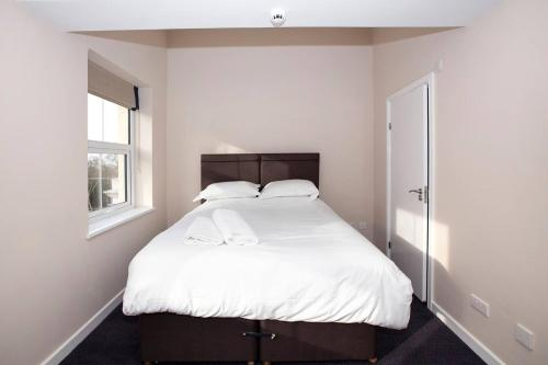 A bed or beds in a room at King Bedroom with Private Toilet near Denmark Hill
