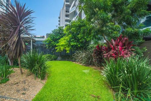 A garden outside Stunning & Cozy 1 Bedroom APT In Heart of Mascot