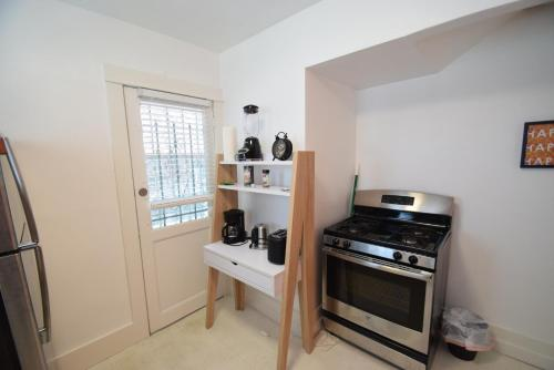 Küche/Küchenzeile in der Unterkunft Abbot Kinney Apartment