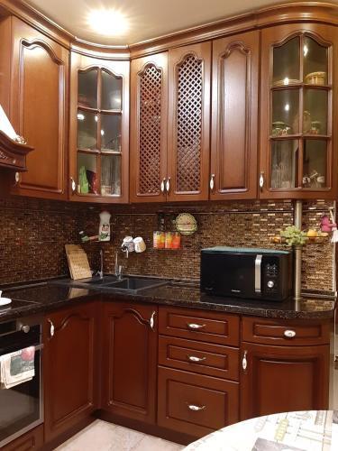 Кухня или мини-кухня в Apartment on Aviatorov 91