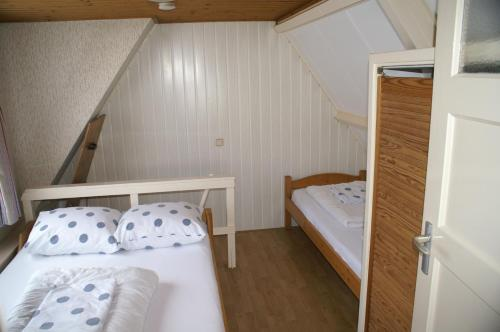 A bed or beds in a room at Huize Kitty