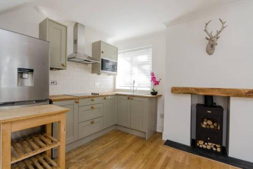 A kitchen or kitchenette at Lovely Wimbledon Family Apartment