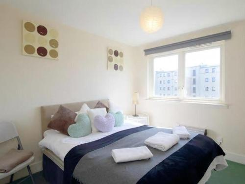 A bed or beds in a room at Edinburgh City Center Coady Apartment