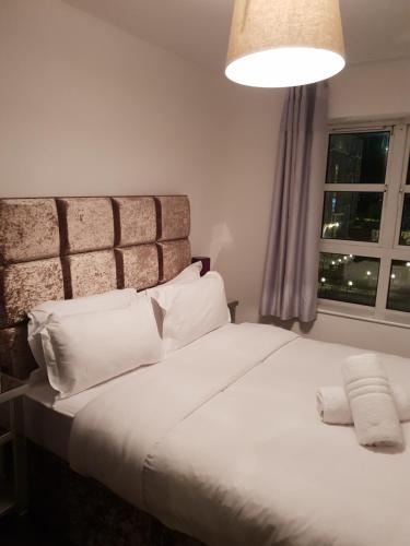 A bed or beds in a room at Silicon Docks Corporate Apartment