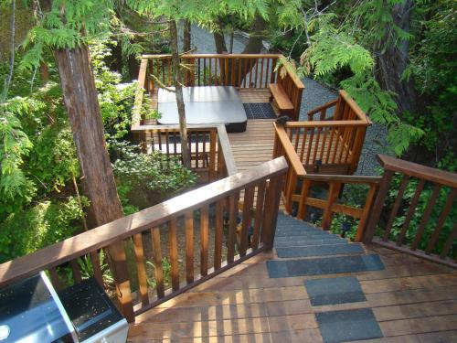 A balcony or terrace at Tofino Forest View Cabin by Cox Bay