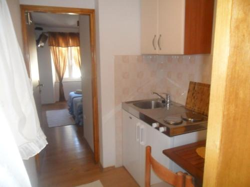 A kitchen or kitchenette at Guest House Leon