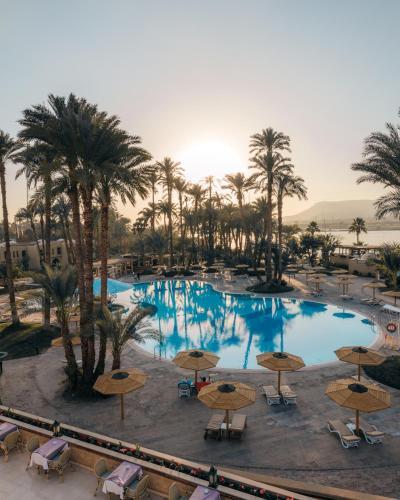 Uitzicht op het zwembad bij Mercure Luxor Karnak of in de buurt