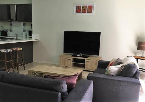 Телевизор и/или развлекательный центр в Hibiscus Haven