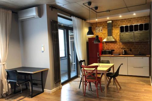 Кухня или мини-кухня в Loft Apartment