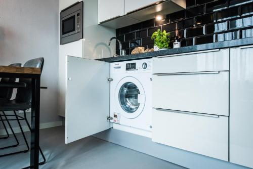 A kitchen or kitchenette at Short Stay Group Eastern Docklands Apartments