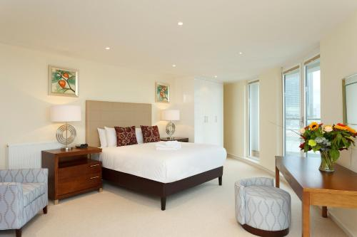 A bed or beds in a room at SACO Canary Wharf - Trinity Tower
