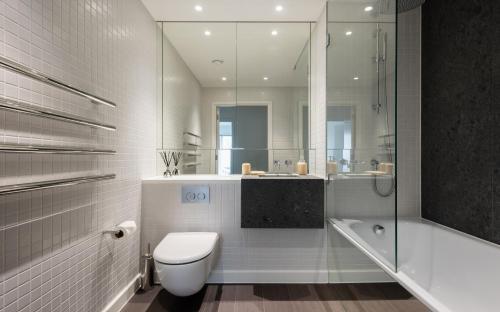 A bathroom at Platinum Apartments next to O2 Arena