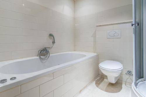 A bathroom at Short Stay Group Jordaan Noordermarkt Serviced Apartments Amsterdam