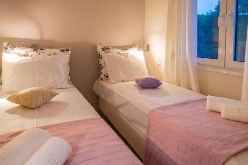 Ένα ή περισσότερα κρεβάτια σε δωμάτιο στο Villa Albanis