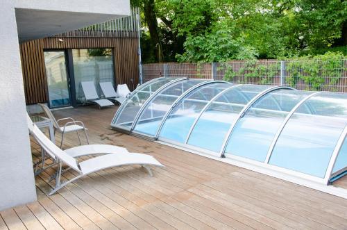 Der Swimmingpool an oder in der Nähe von Room 5 Apartments
