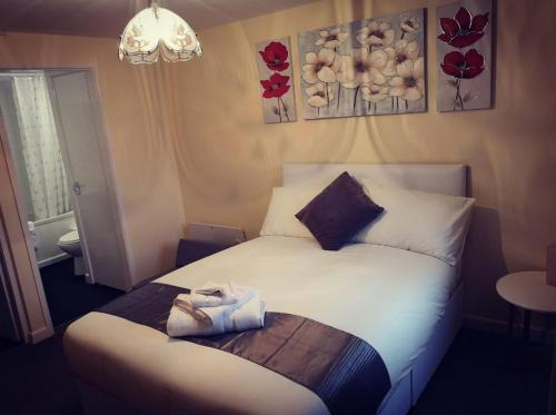 A bed or beds in a room at Telford Claremont Mews Wellington