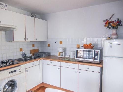 A kitchen or kitchenette at Apartment Les Maldives.1