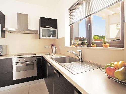 A kitchen or kitchenette at Villa KPPOS18