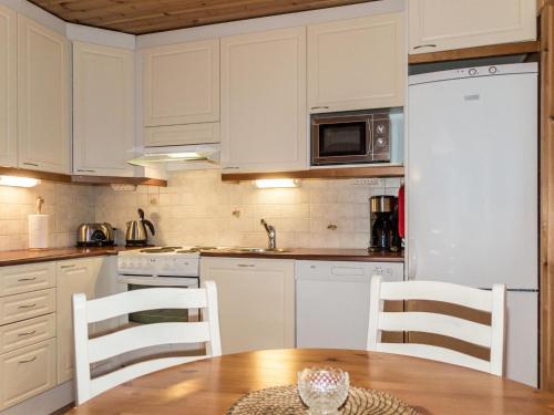 Cuisine ou kitchenette dans l'établissement Holiday Home Kuerkartano 2/sulo