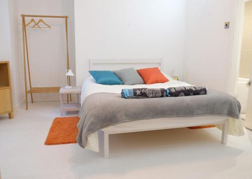 Ein Bett oder Betten in einem Zimmer der Unterkunft Contemporary Two bedroom two bathroom apartment