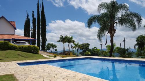 The swimming pool at or near Chácara Alpes da barreira-Socorro