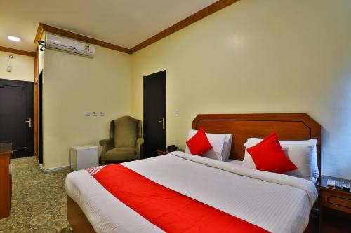 Uma cama ou camas num quarto em OYO 150 Al Hamra Palace Al Aswaq
