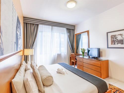 Een TV en/of entertainmentcenter bij Golden Sands Hotel Apartments