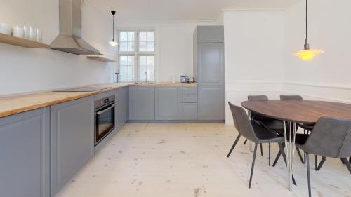 Küche/Küchenzeile in der Unterkunft Large and Bright Apartment in City Centre