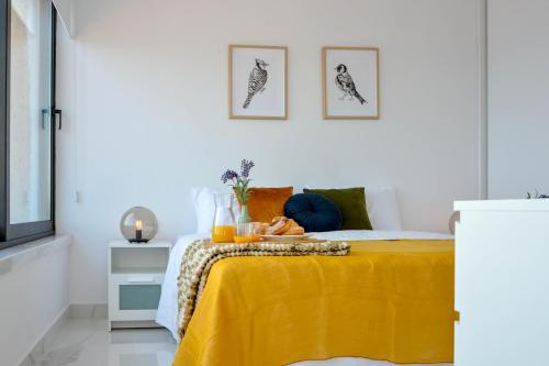 A bed or beds in a room at Phaedrus Living: Seaside Luxury Flat Marina Court 213