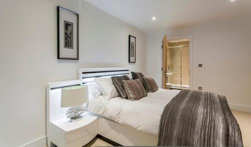 A bed or beds in a room at Apple Apartments Aberdeen