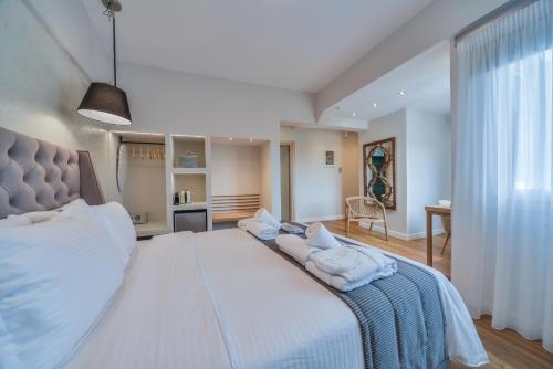 سرير أو أسرّة في غرفة في A.P. Acropolis View Apartments