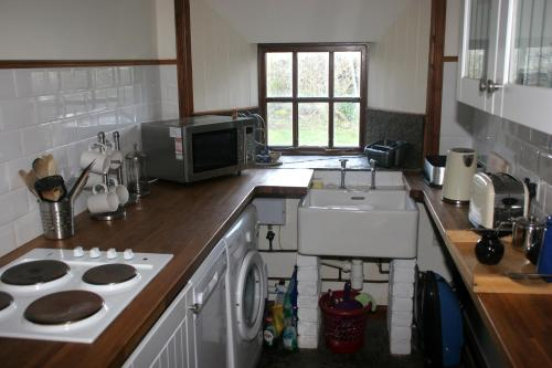 A kitchen or kitchenette at The Kilnmans' Cottage