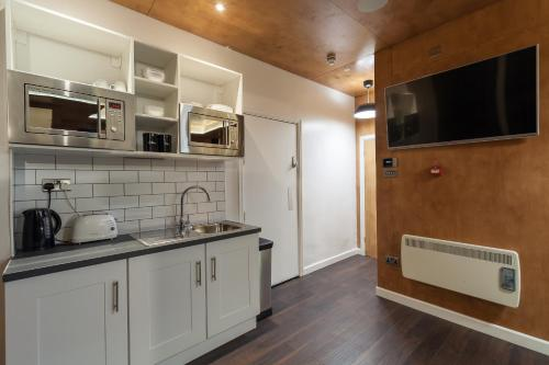 A kitchen or kitchenette at Kapsule Apartments