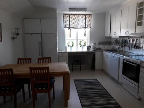 A kitchen or kitchenette at Hotellvägen 2