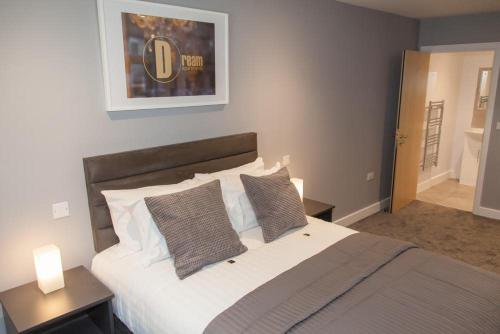 A bed or beds in a room at Dream Apartments Quayside
