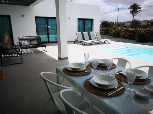 The swimming pool at or near Villa Montaña Colorada
