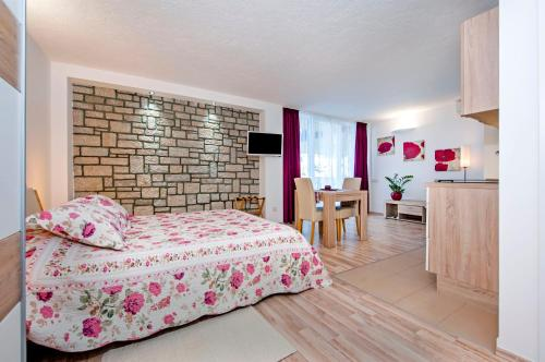 A bed or beds in a room at Apartments Figarola