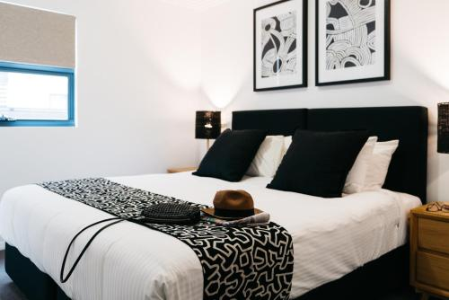 A bed or beds in a room at Gabba Central Apartments