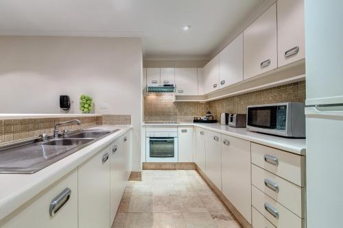 A kitchen or kitchenette at The York by Swiss-Belhotel