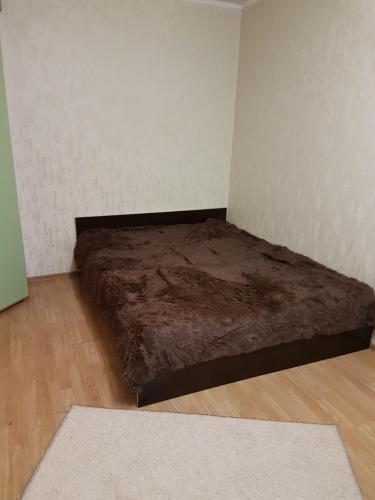 Кровать или кровати в номере Шумакова 43