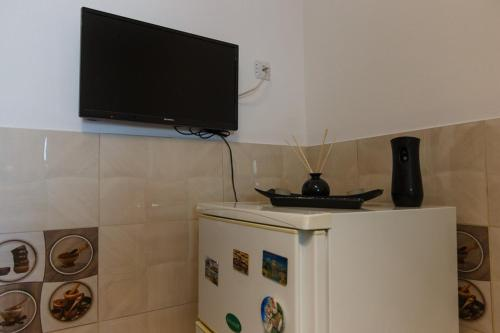 Uma TV ou centro de entretenimento em Garsonieră